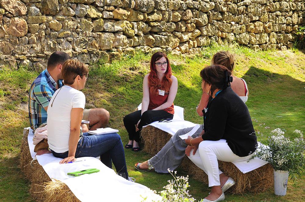 5 paersonas manteniendo una conversación en inglés en el Palacio de Rubianes