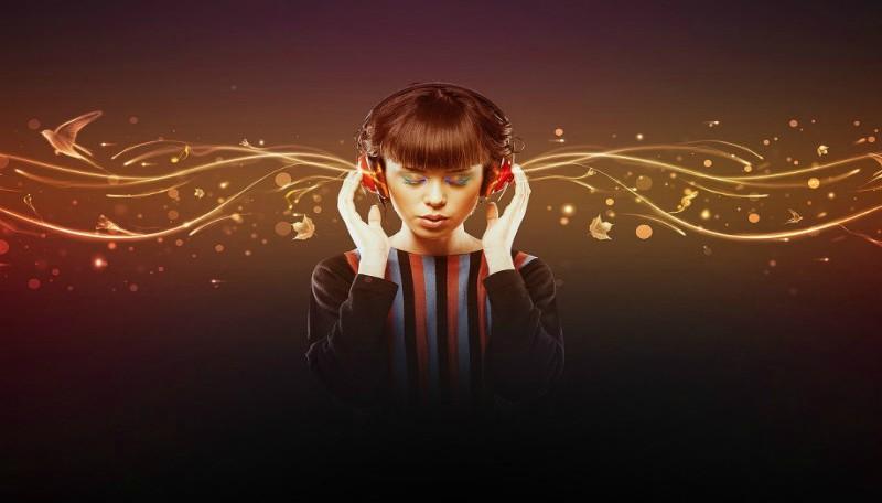 Chica escuchado música con auriculares