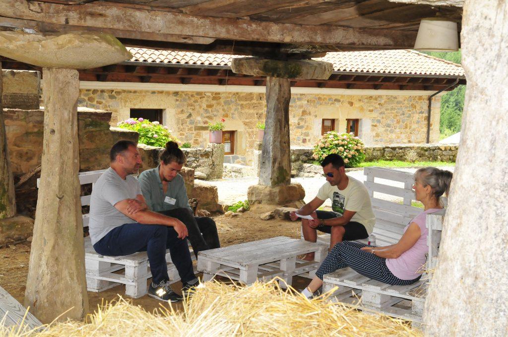 Momento durante un debate en grupo en The Getaway