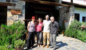 Nosotros con Paloma y Sergio, dueños del hotel Los Riegos