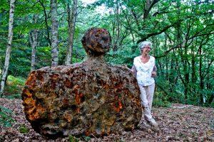 Carmen Castillo con una de sus esculturas