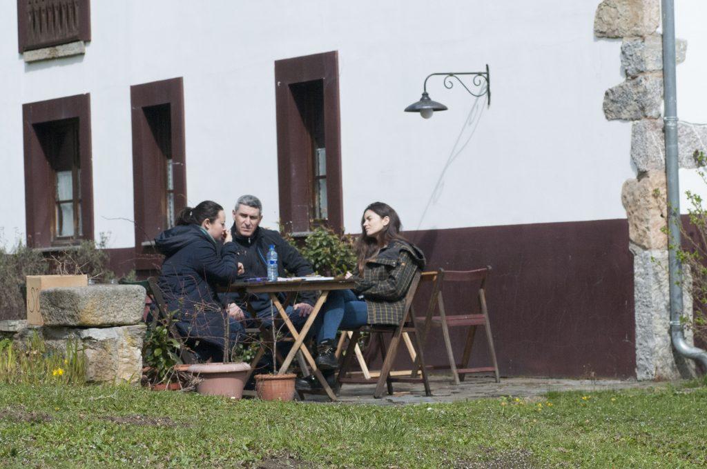 Participantes manteniendo una conversacion en inglés durante el curso