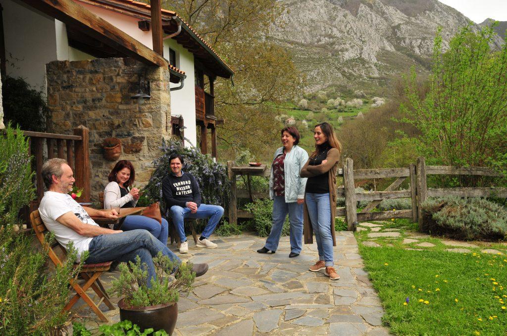 Grupo conversando en inglés en Los Riegos
