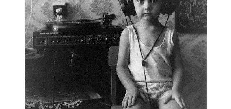 Niño con tocadiscos antiguo