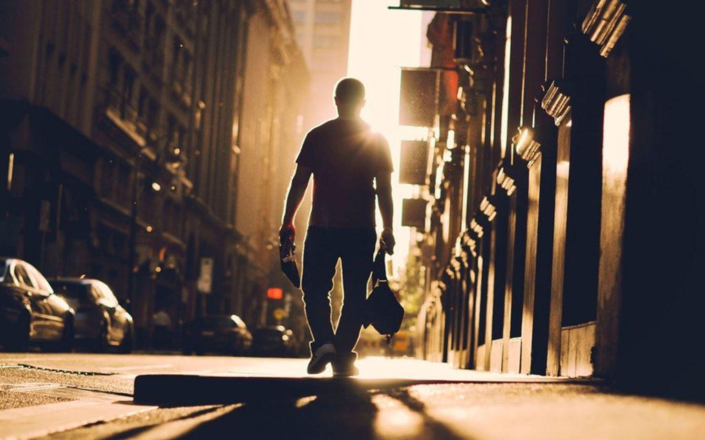 Foto de alguien caminando por NYC
