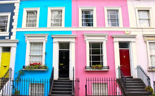 Fotografía de casas de colores