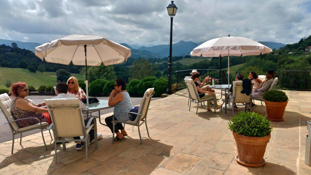 Conversación en inglés frente al Palacio de Rubianes durante The Getaway