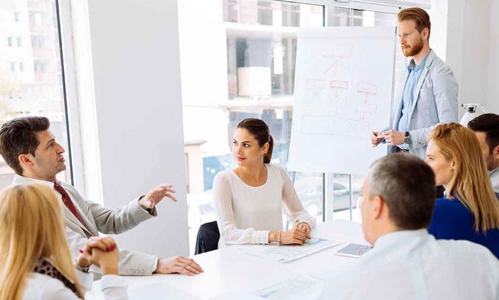 Alumnos profesionales aprendiendo inglés dentro de la empresa