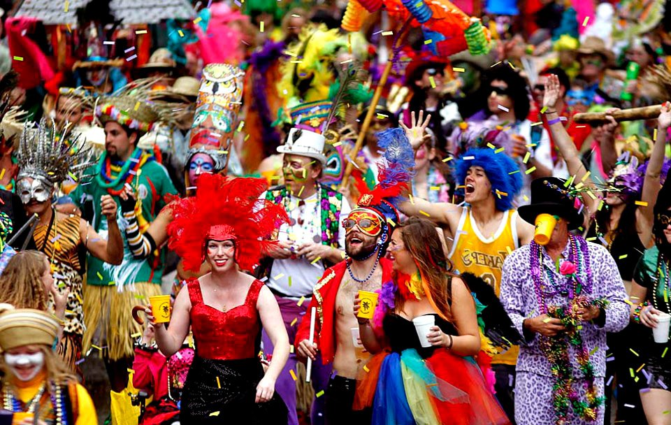 gente celebrando mardi gras